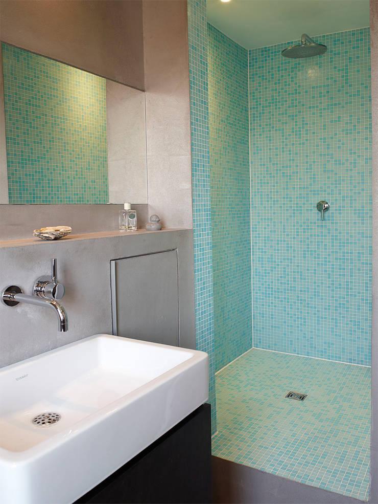 Bad mit dusche im denkmalgeschützten altbau moderne badezimmer von
