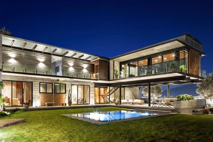 Casas modernas con alberca 10 dise os por arquitectos for Casas lujosas con piscina y jardin