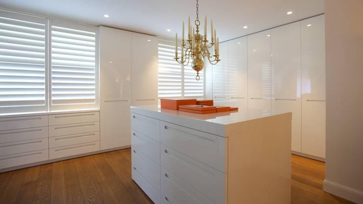 9 ingenieuze ruimtebesparende tips voor je kleine appartement - Moderne slaapkamer met kleedkamer ...