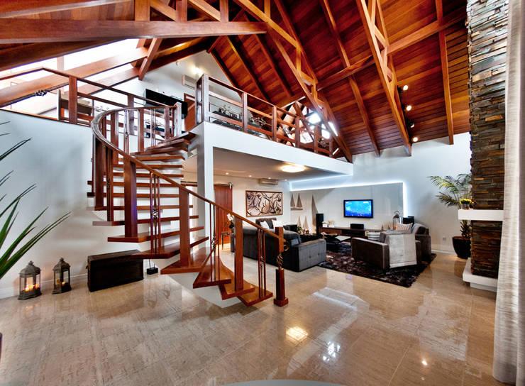 fotos jardim quadrado:Corredores, halls e escadas rústicos por ArchDesign STUDIO