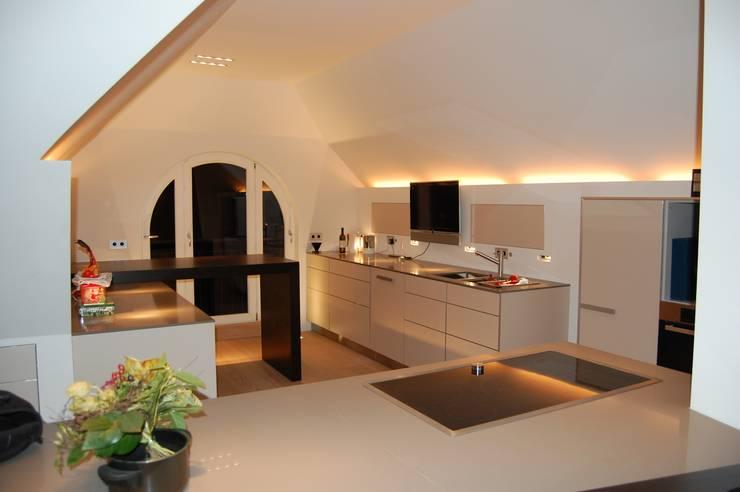 11 fantastische k chen mit dachschr ge. Black Bedroom Furniture Sets. Home Design Ideas