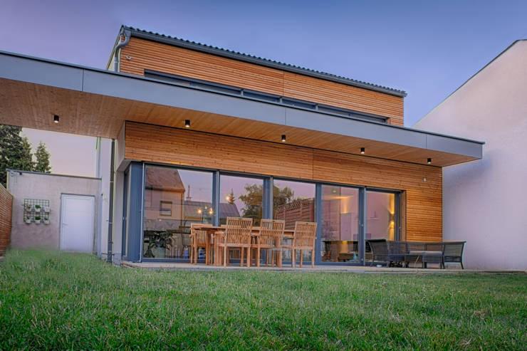 strohhaus wohnen mit gutem gewissen. Black Bedroom Furniture Sets. Home Design Ideas