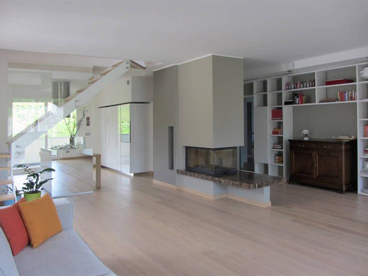 ... Moderno : Salotto in stile moderno con camino a gas interior design il