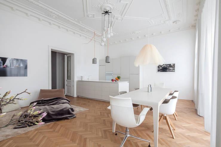 Das Bad der HM Wohnung in Wien lässt sich vom Flur und Schlafzimmer aus betreten