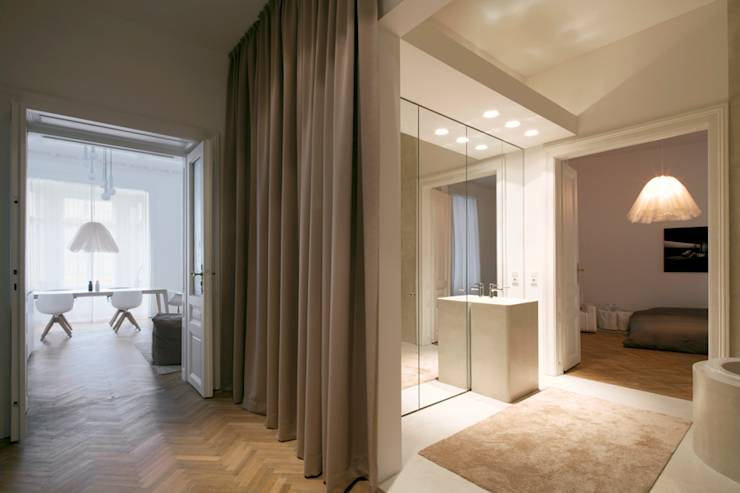 Im Bad der wiener Wohnung befindet sich die Badewanne in einer Wandnische