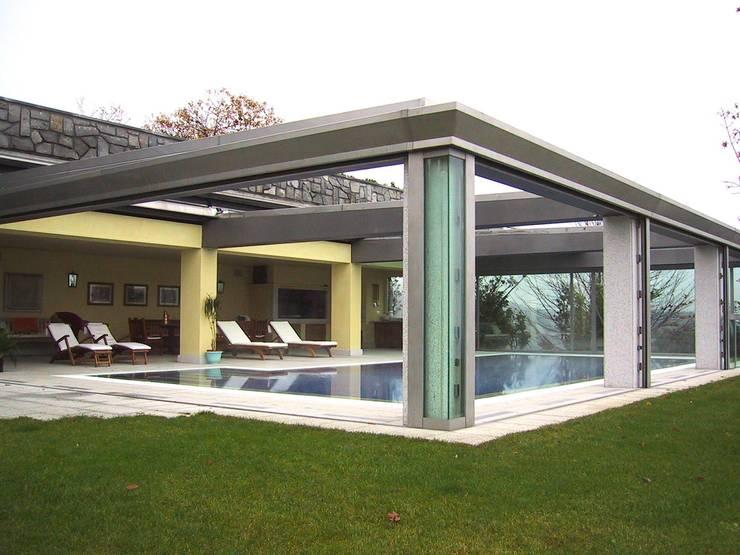 Sistemazione esterna di casa privata con piscina coperta for Piccoli piani di casa con piscina coperta