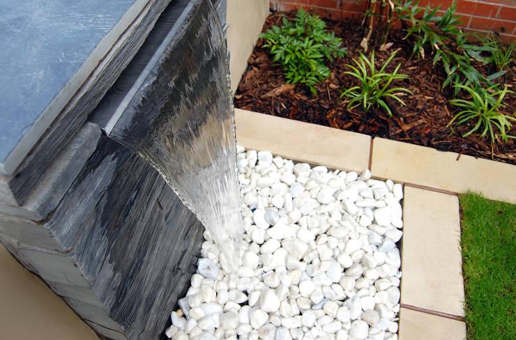 modern Garden by Robert Hughes Garden Design