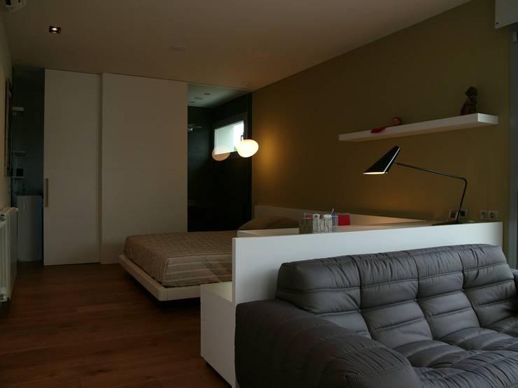 CASA UNIFAMILIAR AISLADA EN GIRONA: Dormitorios de estilo moderno de KITS INTERIORISME