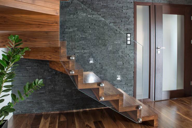 Vestíbulos, pasillos y escaleras de estilo translation missing: es.style.vestíbulos-pasillos-y-escaleras.moderno de BRODA schody-dywanowe