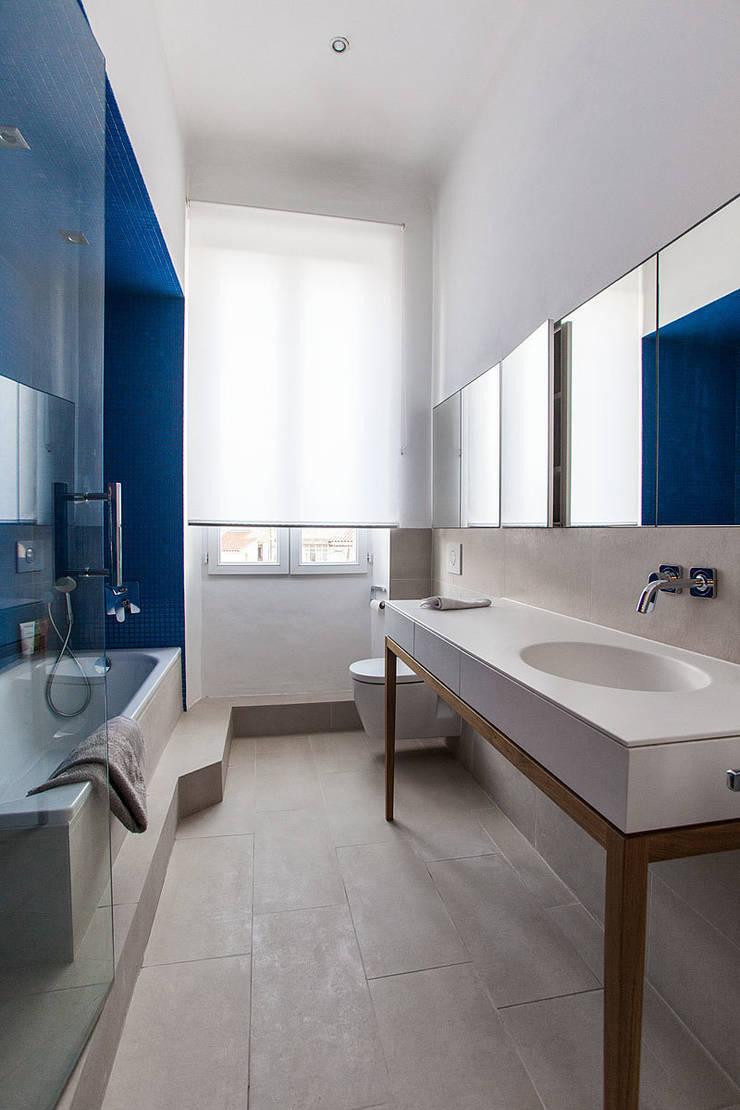 Une petite salle de bain élégante et confortable par charlotte ...