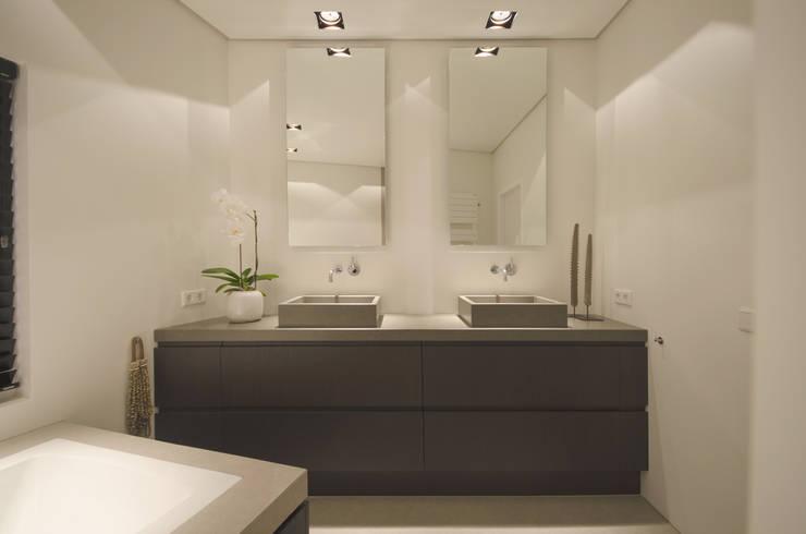 Voor na van oude doucheruimte naar moderne badkamer - Moderne design badkamer ...