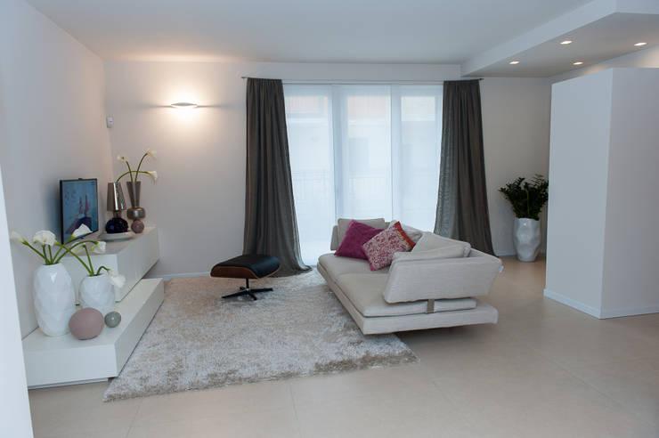 Foto Soggiorni Moderni Arredati: Moderno soggiorno con porta ...
