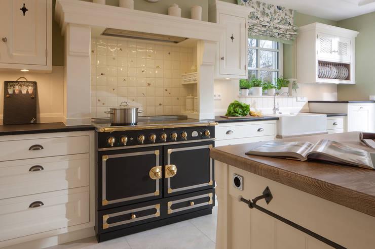 Klassisches landhaus mit stil und charme von beinder for Raffrollos landhausstil