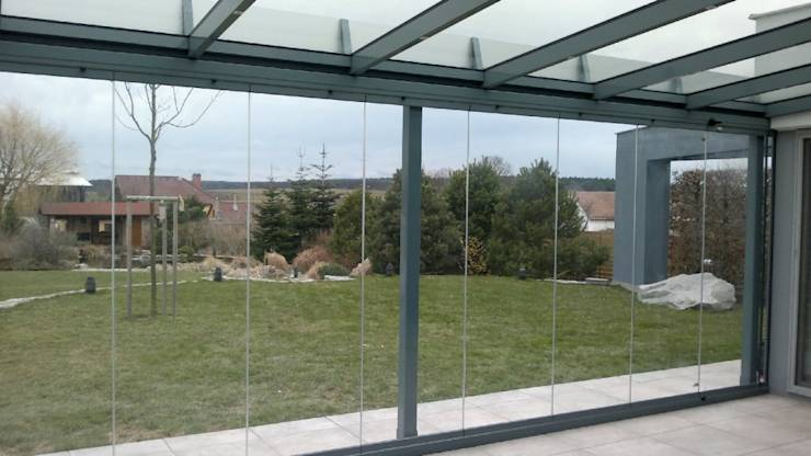 sonnenstrahlen genießen verglaste terrasse essmöbel