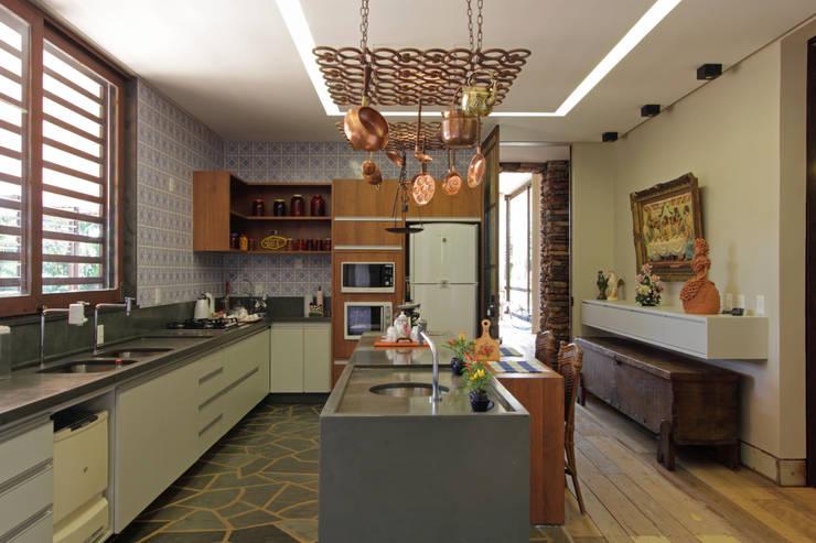 Hangend Rek Keuken : rustieke & brocante Keuken door COSTAVERAS ARQUITETOS