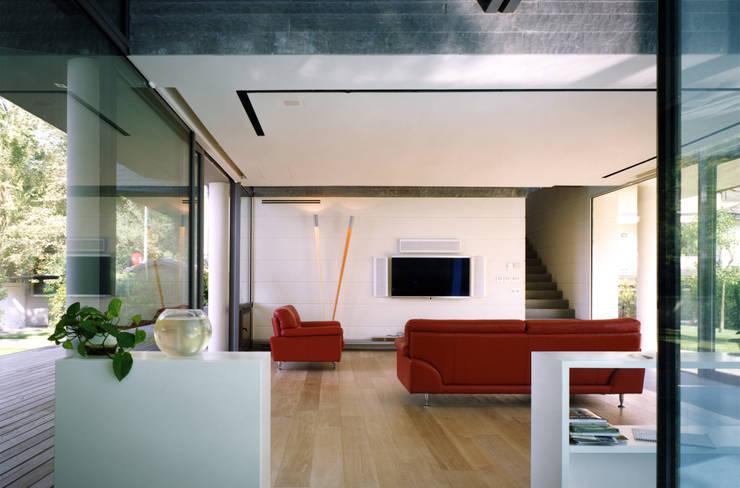 HSBC – housescape reggio emilia: Soggiorno in stile in stile Moderno di NAT OFFICE - christian gasparini architect