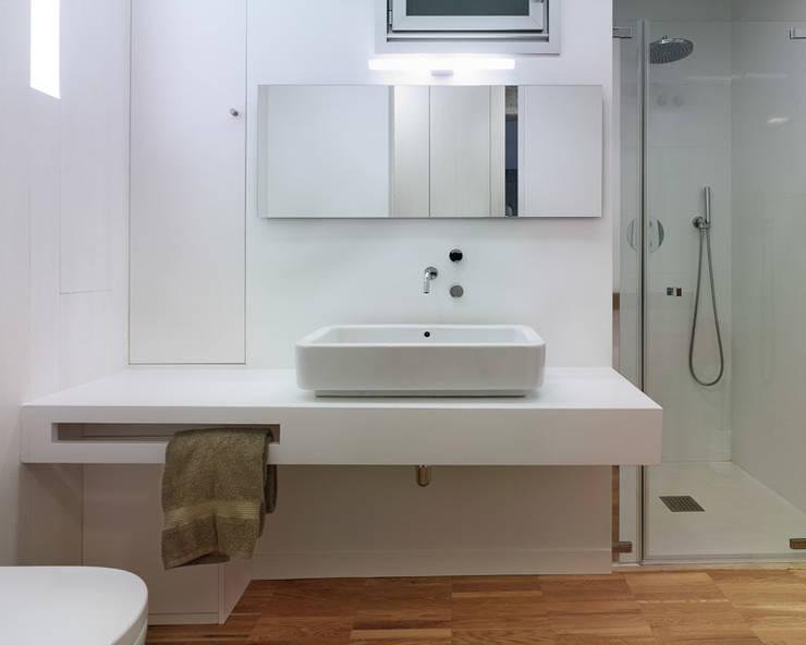 Casas de banho modernas por Castroferro Arquitectos