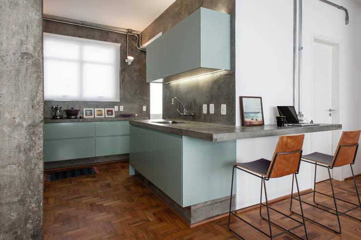 Cocinas de estilo industrial por PM Arquitetura