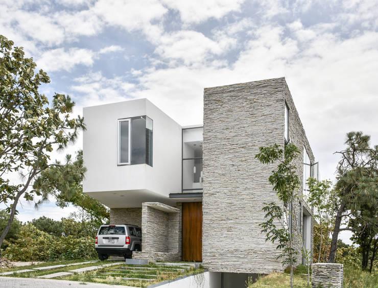 6 cocheras y porches dise ados por arquitectos mexicanos - Porche casa moderna ...