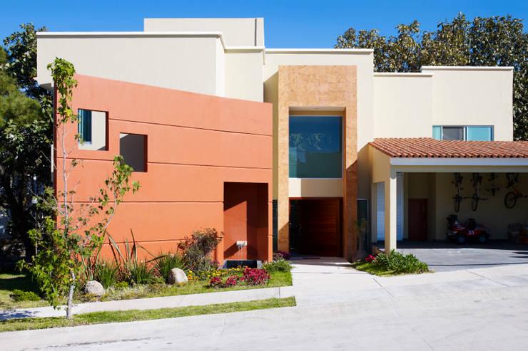 Casa moderna con toque r stico mexicano for Fachadas de casas estilo rustico moderno