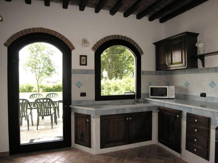 10 irresistibili cucine in muratura rustiche for Tendine per cucina rustica