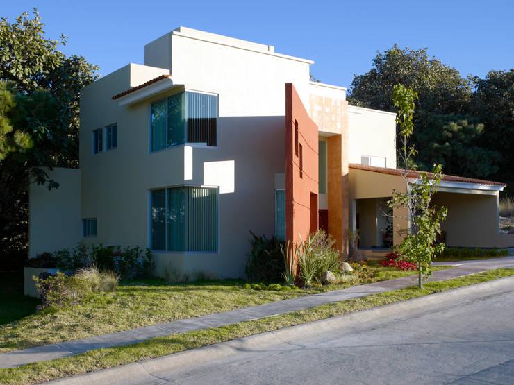 Casa moderna con toque r stico mexicano for Casa moderna zapopan