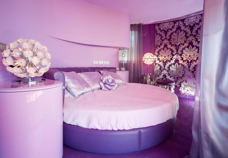 Viola, lilla e ciclamino per una camera da letto moderna