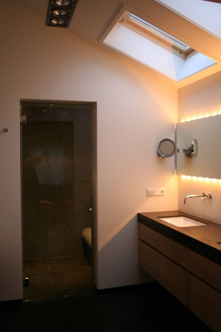 De badkamer en de essentie van verlichting door bad design homify for Moderne doucheruimte