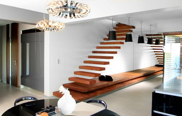 Pasillos, vestíbulos y escaleras de estilo moderno de STRUKTURA Łukasz Lewandowski