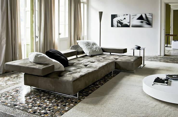 Sofá Loft de Arketipo: Salones de estilo moderno de XETAI ALTZARIAK