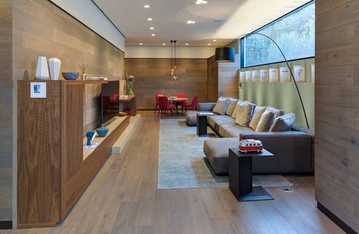 Salas multimedia de estilo minimalista de grupoarquitectura