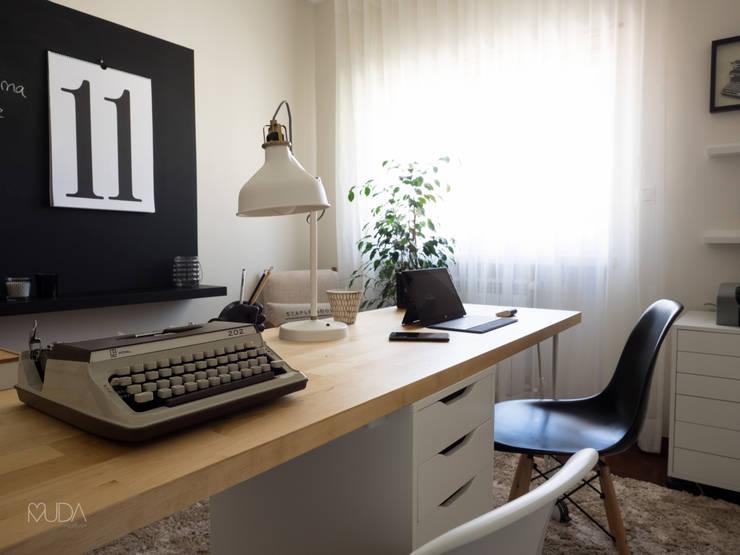Escritório Preto no Branco - Depois: Espaços de trabalho translation missing: pt.style.espaços-de-trabalho.escandinavo por MUDA Home Design