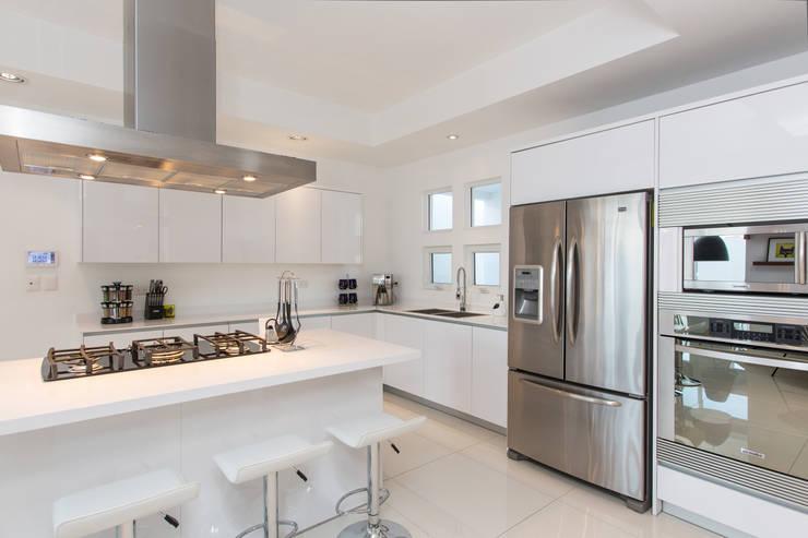 Cocinas de estilo minimalista por Grupo Arsciniest