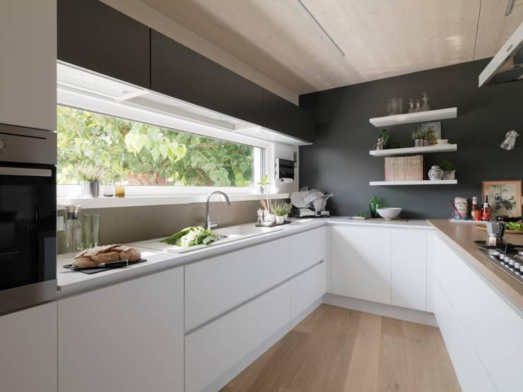 Cocinas de estilo moderno de DomusGaia