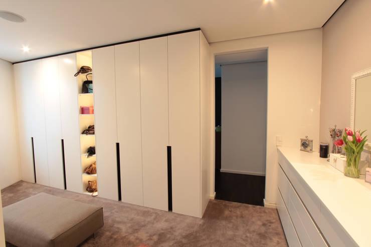 Dusche Mit Gefliester Sitzbank : Ankleide rechts: moderne Ankleidezimmer von La Casa Wohnbau