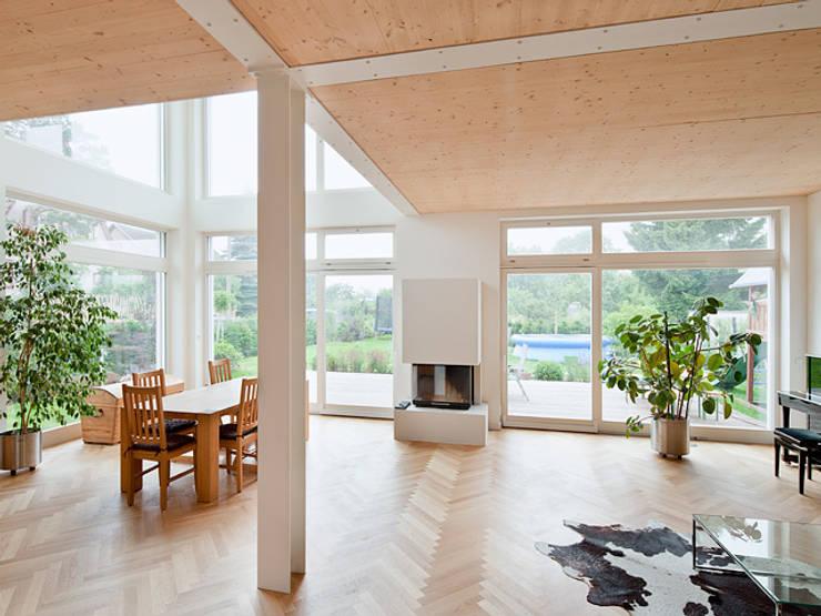 Una casa simple y moderna pensada para terrenos chiquitos for Comedores chiquitos