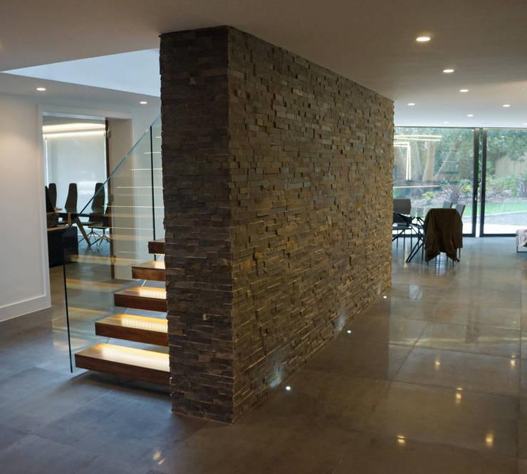 Casas modernas 8 ideas con piedra laja para decorar tus for Piedra para muros interiores