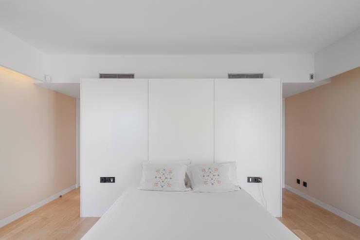 Moradias em banda, Queijas: Quartos minimalistas por Estúdio Urbano Arquitectos