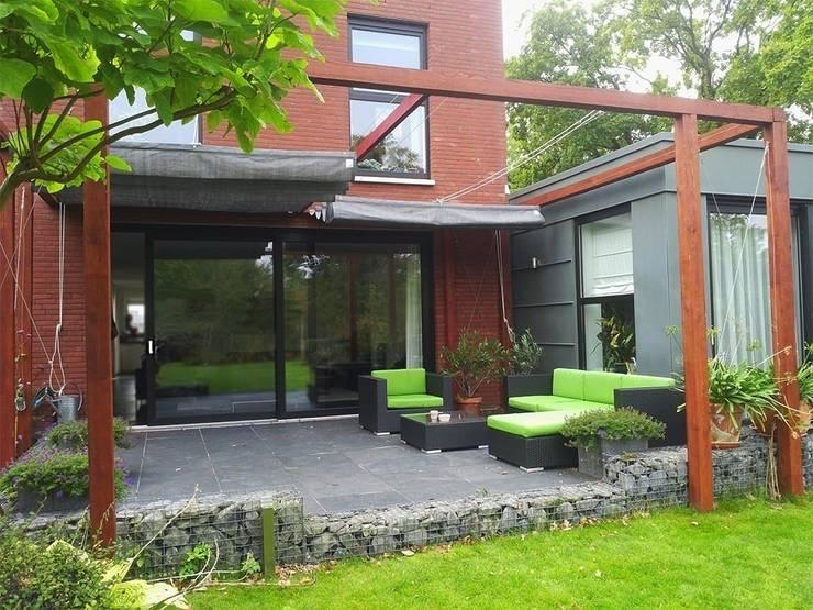 Tuinen met een vergulde zomerse uitstraling - Terras met houten pergolas ...