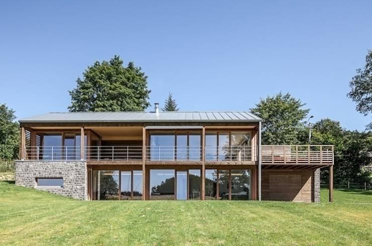 Modernes holzhaus mit ausblick for Holzhaus modern innen