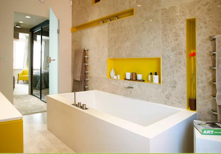 Destapar Una Tina De Baño:Baños de estilo minimalista de Oikos Design