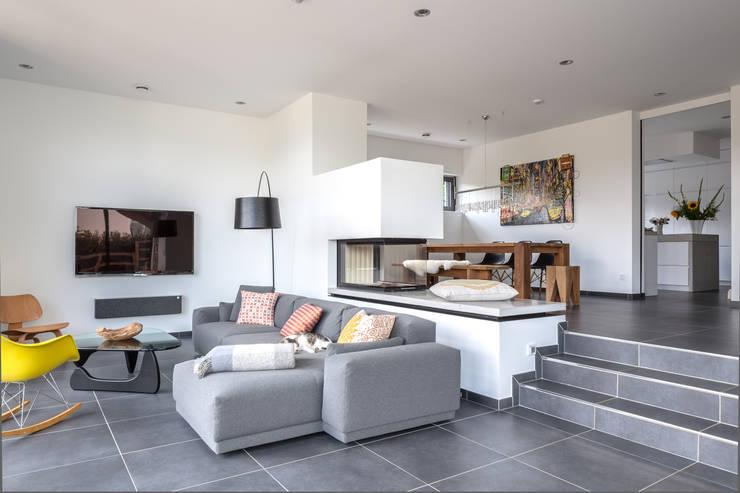 Haus mit tiefen einblicken for Modernes wohnzimmer design