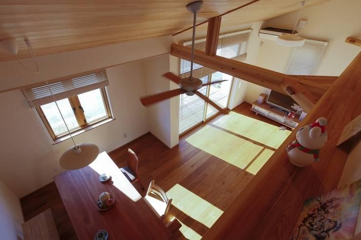 吹抜: 近建築設計室 KON Architect Officeが手掛けたtranslation missing: jp.style.リビング.modernリビングです。