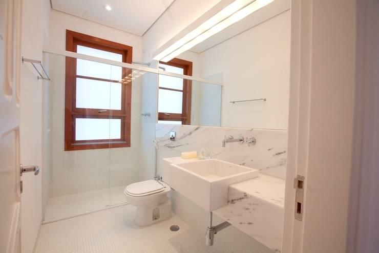 Sobrado 1939: Banheiros modernos por Ana Sawaia Arquitetura