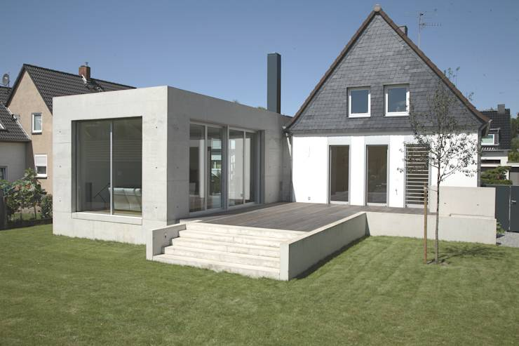 Modernes Betonhaus Glaswand Igor Sirotov Außenpool