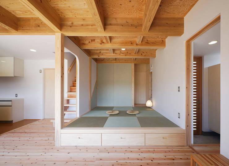 小上りの和室: 芦田成人建築設計事務所が手掛けたtranslation missing: jp.style.壁-フローリング.eclectic壁&フローリングです。