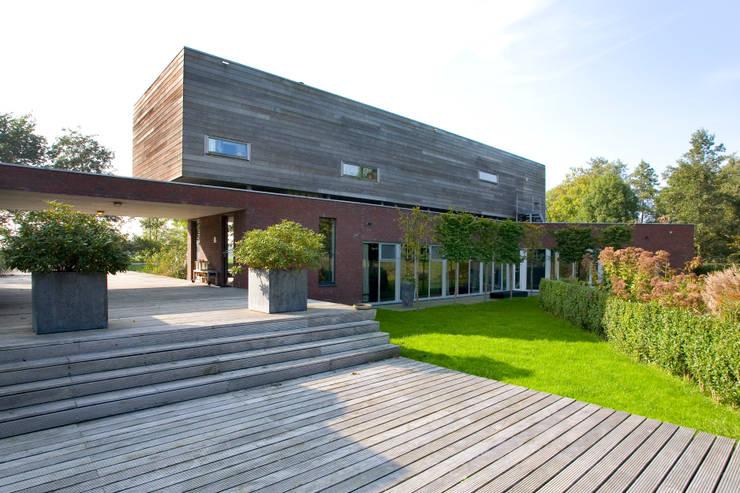 Onderdak tien woningen met een bijzonder plat dak - Bungalow ontwerp hout ...
