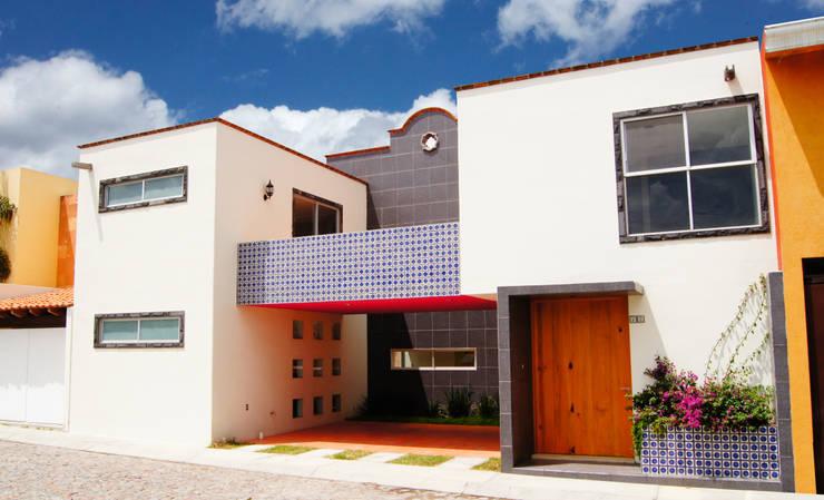 Una casa colonial muy actual - Fachadas con azulejo ...