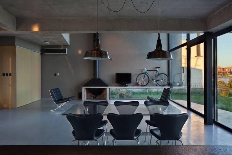 Salas de jantar modernas por vEstudio