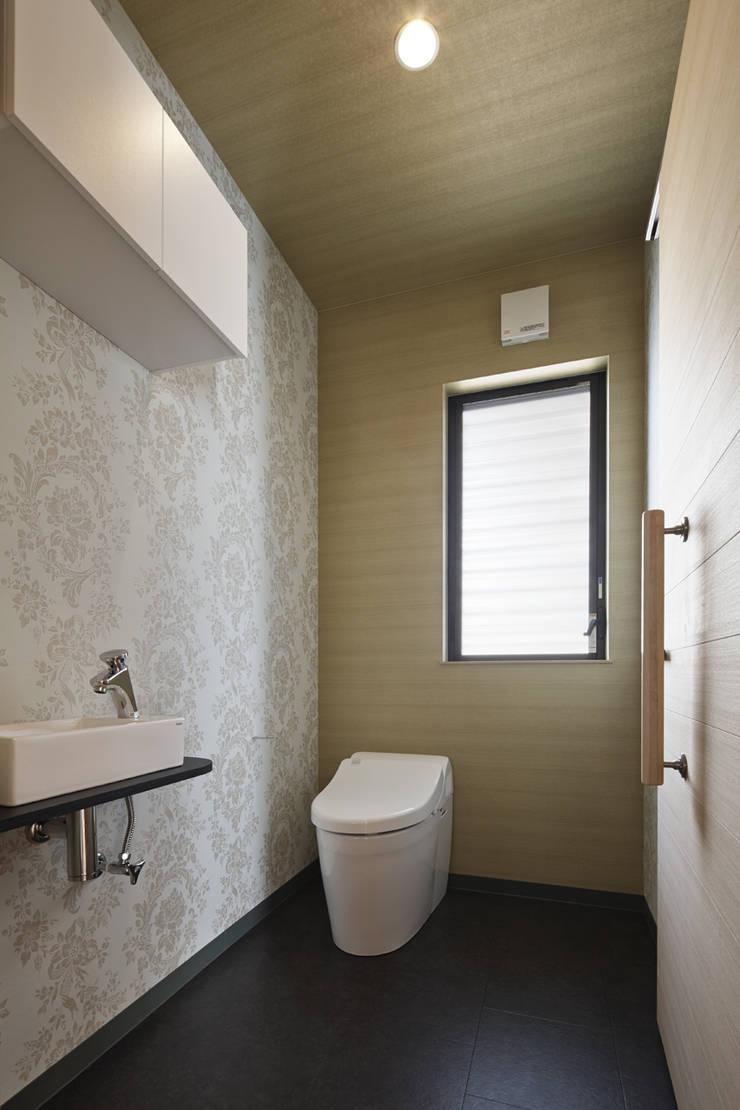 Baños Estilo Asiatico:京都市Tn邸 de 空間工房 用舎行蔵 一級建築士事務所